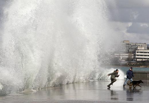 Sóng biển cao hàng chục mét tràn vào bờ biển thuộc bán đảo Crimean. (Ảnh: NOAA)