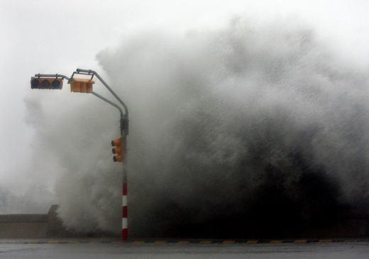 Sức mạnh của cơn bão Rita (2005) đổ bộ vào Havana, tạo nên những cột sóng khổng lồ. (Ảnh: NOAA)