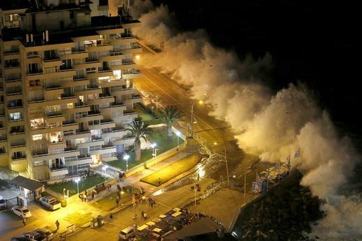 Khách du lịch tại bờ biển ở thành phố Vina del Mar, Chile hôm 25/1/2016 đã phải một phen hoảng loạn khi sóng biển tràn vào. (Ảnh: NOAA)