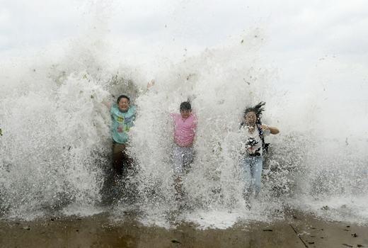 Khách du lịch bị sóng đánh ở Thanh Đảo, Trung Quốc. (Ảnh: Easy Science for Kids)