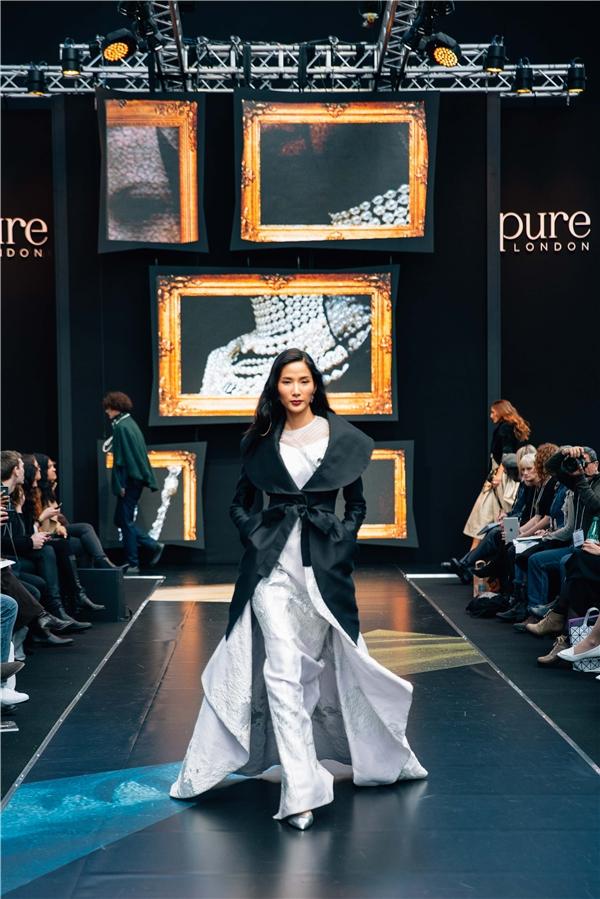 Hoàng Thùy trong trang phục của nhà thiết kế Việt - Phương My.