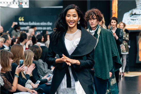Trông Hoàng Thùy không hề thua kém những người mẫu quốc tế khác.