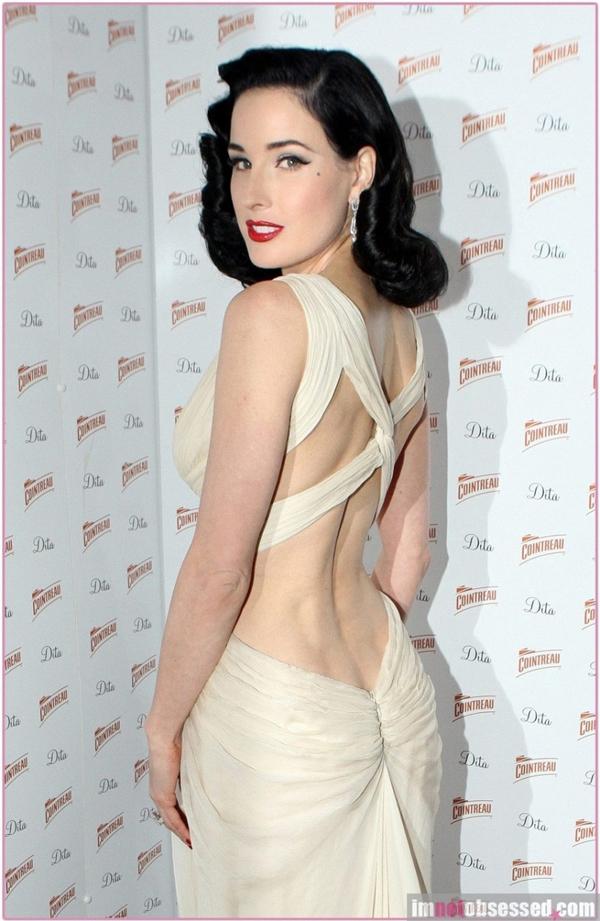 Nữ diễn viên, vũ công Dita Von Teese giảm eo từ 56 cm xuống 42 cm.