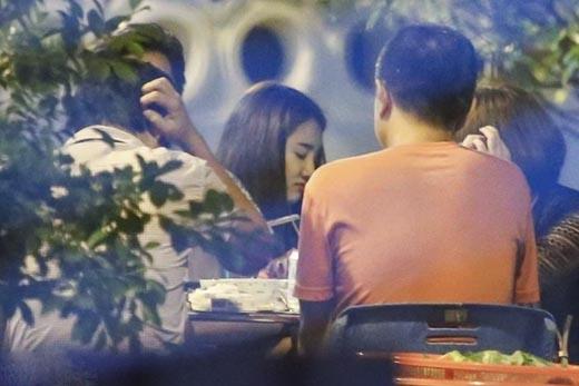 Nhã Phương đến cùng trợ lý. Cặp đôi ngồi ăn khuya với ê-kíp, trong đó có cả em trai Trường Giang tới 3h sáng. - Tin sao Viet - Tin tuc sao Viet - Scandal sao Viet - Tin tuc cua Sao - Tin cua Sao