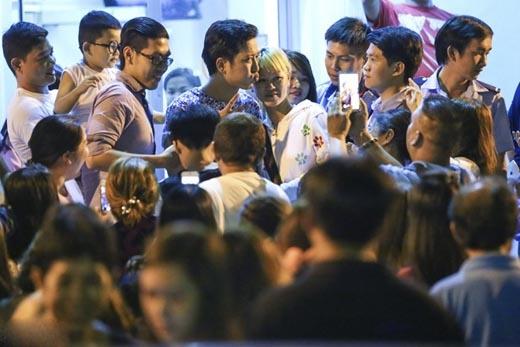 Show diễn kết thúc lúc 11h30 nhưng 12h Trường Giang mới có thể ra xe vì rất nhiều fan đứng chờ xin chữ ký và chụp hình với anh. - Tin sao Viet - Tin tuc sao Viet - Scandal sao Viet - Tin tuc cua Sao - Tin cua Sao