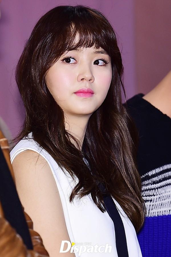 Xuất hiện trong chiếc váy trắng cách điệu, Kim So Hyun trở thành tâm điểm của truyền thông nhờ vẻ ngoài xinh đẹp cùng phong cách dịu dàng, nữ tính thường thấy.