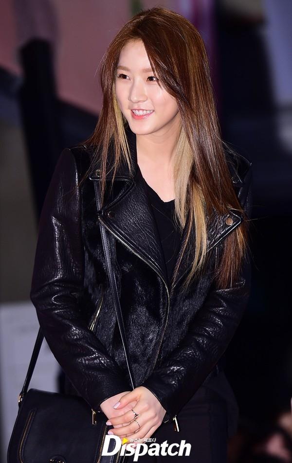 """""""Cô em út"""" Kim Sae Ron nhỏ tuổi nhất lại xuất hiện với phong cách hoàn toàn mới. Trang phục đen từ đầu đến chân kết hợp cùng mái tóc hightlight giúp cô nàng xuất hiện cực """"chất"""", """"ăn đứt"""" hai đàn chị về khoản cá tính."""