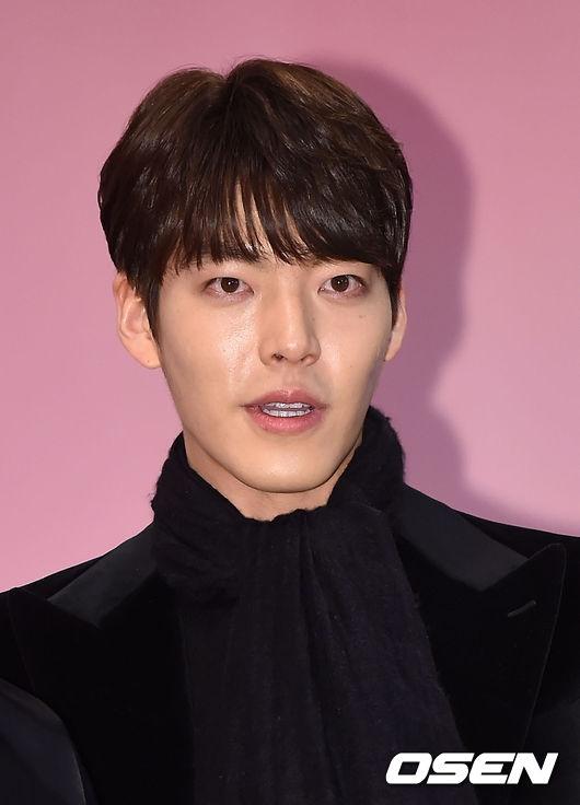Kim Woo Bin đến ủng hộ cô em cùng công ty.