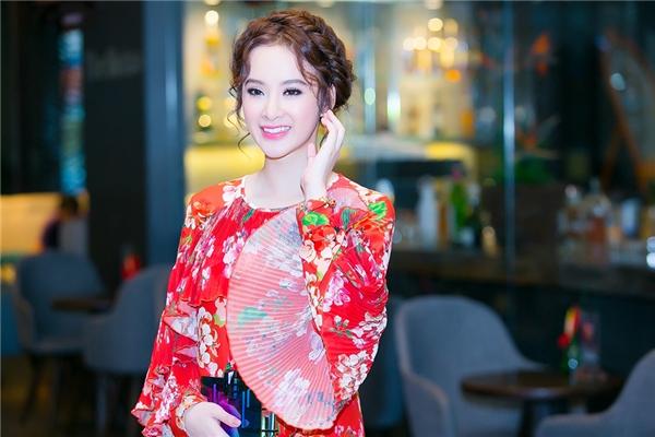 Người đẹp trở nên nổi bật trong trang phục váy dài hoạ tiết đỏ rực. - Tin sao Viet - Tin tuc sao Viet - Scandal sao Viet - Tin tuc cua Sao - Tin cua Sao