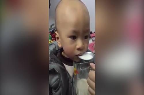 Buồn cười với em bé chỉ chịu ăn cơm khi được nghe Sơn Tùng