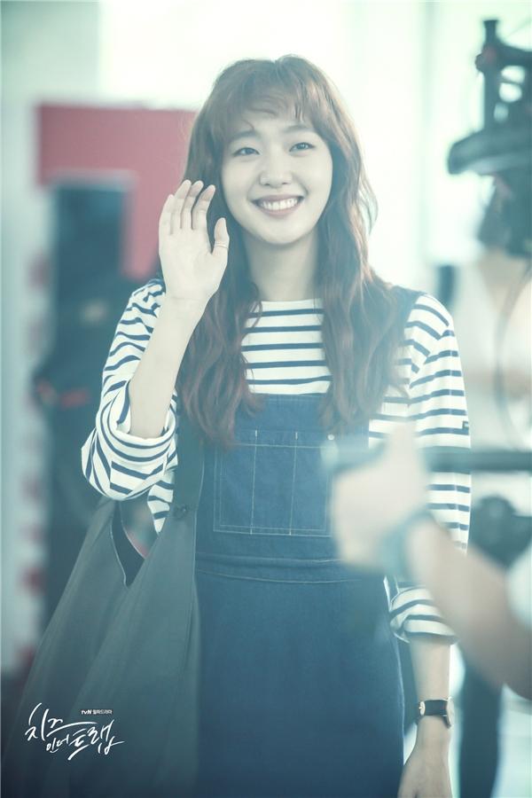 Trang phục thường ngày của Hong Seol là quần jeans, áo len hay váy xòe kết hợp với giày thể thao năng động. Đúng với hình tượng sinh viên nghèo, dù đơn giản nhưng cô nàng vẫn vô cùng nổi bật bởi gu thời trang cực chất.