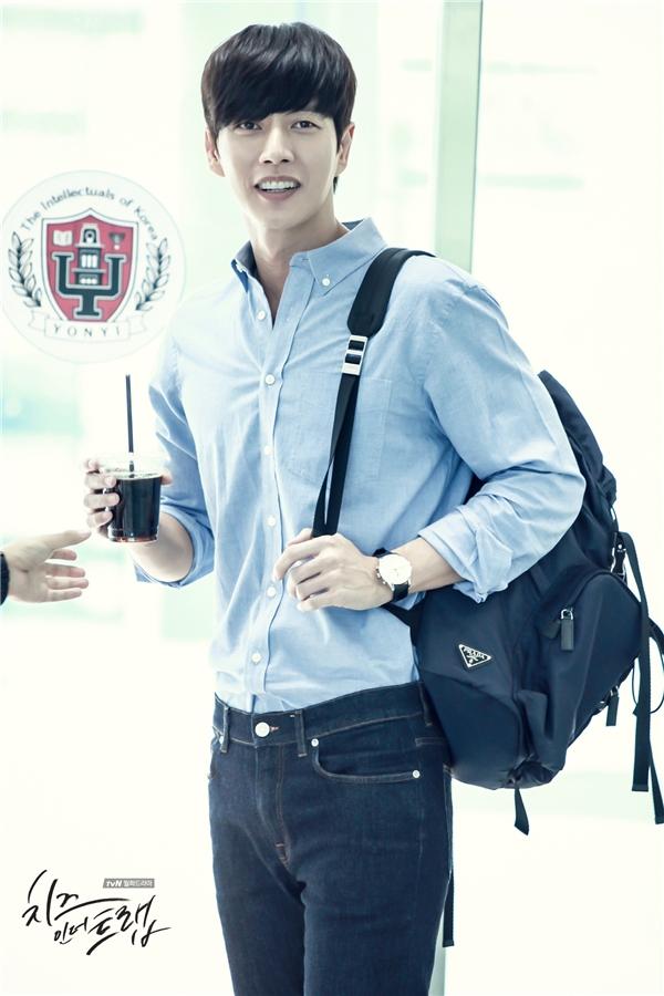 Trong khi đó, Yoo Jung luôn toát lên khí chất nam thần bởi cách ăn mặc lịch lãm, gọn gàng và thanh lịch.