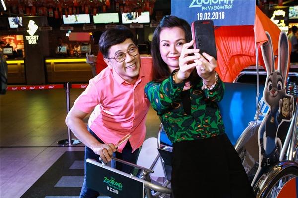 """Võ Hạ Trâm """"nhắng nhít"""" selfie cùng NSƯT Thành Lộc. - Tin sao Viet - Tin tuc sao Viet - Scandal sao Viet - Tin tuc cua Sao - Tin cua Sao"""