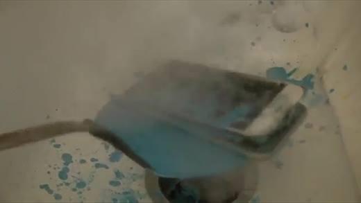 iPhone bốc cháy dữ dội khi cho vào sáp màu nóng chảy
