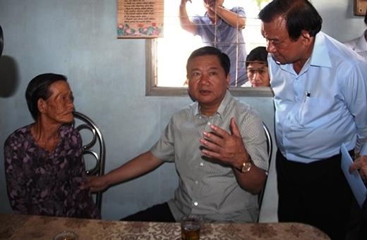 Bí thư Thành ủy Đinh La Thăng chỉ đạo ông Lê Minh Tấn, Bí thư huyện ủy Củ Chi nhanh chóng sửa sang lại nhà cho mẹ Phạm Thị Tư. (Ảnh: Giao Thông)