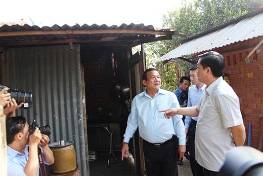 Bí thư Thành ủy Đinh La Thăng ra tận phía sau để kiểm tra tình trạng căn nhà của mẹ Phạm Thị Tư. (Ảnh: Giao Thông)