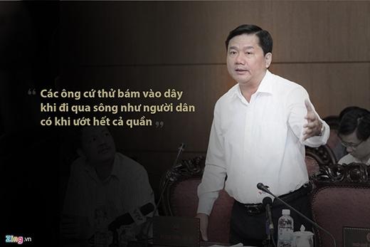 """Bộ trưởng Đinh La Thăng nói về bất cập đường bộ trong năm 2015 khi nhắc lại việc người dân thôn Cu Pua, xã Đakrông, huyện Đakrông, Quảng Trị phải qua sông bằng hai sợi dây cáp. """"Không nên nghĩ việc đó là bình thường như người ta làm xiếc đi xe đạp trên dây được"""", ông nói. (Ảnh: Zing.vn)"""
