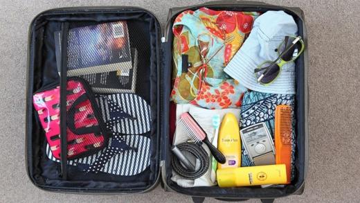 Khi dọn đồ, chụp ảnh những thứ bên trong vali để không bị sót hay quên món nào. (Ảnh: Internet)