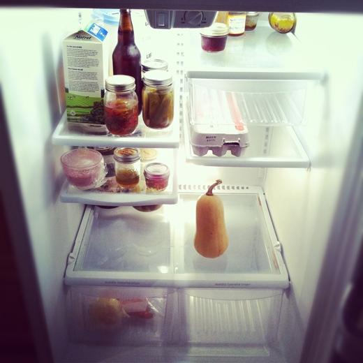 Chụp lại bên trong tủ lạnh trước khi đi siêu thị để biết bạn cần mua thứ gì mà không phải ngồi viết từng món ra giấy. (Ảnh: Internet)