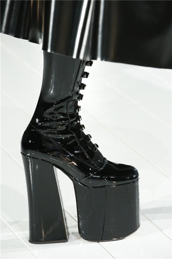 Cận cảnh một đôi giày có chiều cao tương tự.