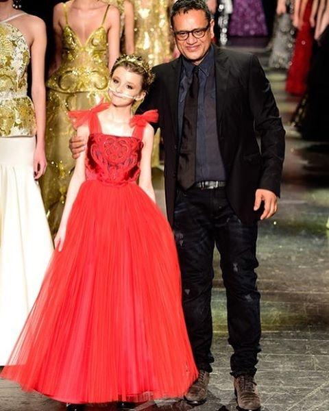 Nhà thiết kế Naeem Khan và cô người mẫu đặc biệtTrinity trên sàn diễn thời trang danh giá. (Ảnh: Instagram)