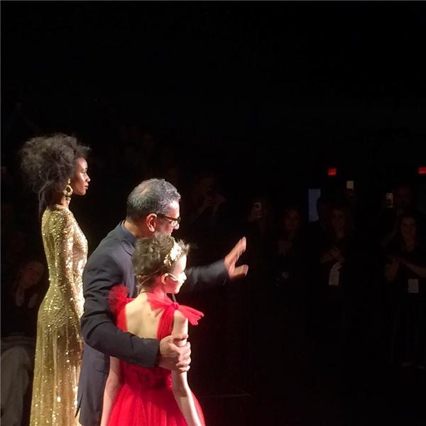 Giây phút đáng nhớ nhất trong đêm hôm ấy và cũng làtrong đời cô bé dũng cảmTrinityMoran,khi bé trở thành cô người mẫu đặc biệttrong bộ váy đỏ xuất hiện cùng nhà thiết kế Naeem Khan.(Ảnh: Instagram)