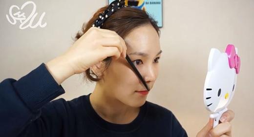 Tương tự, đo khoảng cách cho đuôi chân mày bằng cách đặt bút chéo từ cánh mũi đến khóe mắt. (Ảnh: ladyissue)