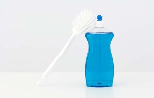 Dùng nước rửa chén là biện pháp đơn giản nhất.(Ảnh: Internet)
