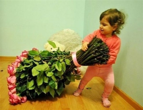 Wow, được gấu tặng bó hoa to quá đi.