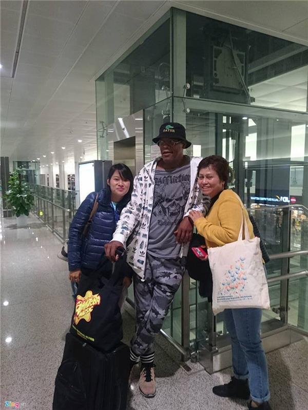 Nhiều người hâm mộ tại sân bay Nội Bài lập tức nhận ra tài tử da màu. Nam diễn viên 67 tuổi rất thân thiện và không từ chối chụp ảnh lưu niệm chung.