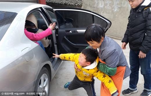 Cậu bé này chạy theo gào khóc khi biết mẹ chuẩn bị lên thành phố đi làm.(Ảnh: sina)
