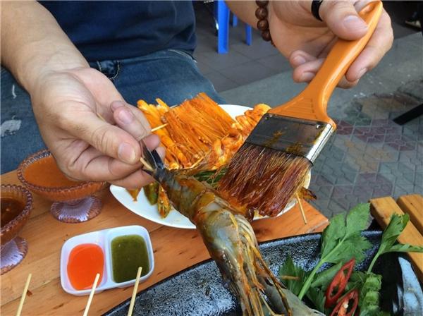 Quét nước sốt đều lên hải sản hoặc rau củ như thế này…