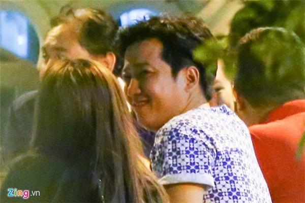 Sau mini show của Trường Giang vào ngày 17/02/2016, giữa tâm bão, Nhã Phương và danh hài lại tiếp tục có cuộc hẹn ăn khuya. Hai người trao nhau những cử chỉ vô cùng âu yếm. (Ảnh: Internet) - Tin sao Viet - Tin tuc sao Viet - Scandal sao Viet - Tin tuc cua Sao - Tin cua Sao