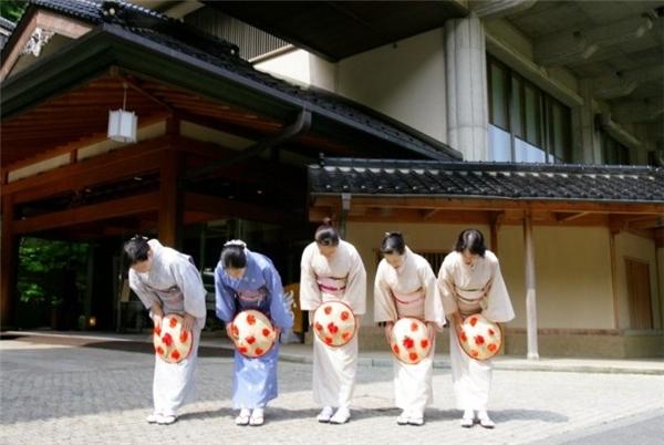 Người Nhật sẽ không vào nhà cho đến khi khách thật sự khuất dạng. (Ảnh: Internet)