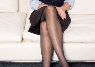 """Ngồi bắt chéo chân dễ bị cho làđang """"thái độ"""" hoặc tự coi mình là cái rốn của vũ trụ.(Ảnh: Internet)"""