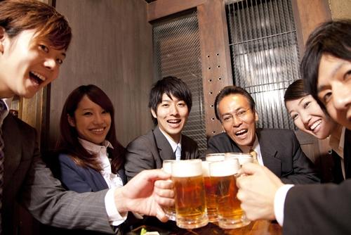 Khi đến Nhật chơi hay làm việc, nhớ rót đầy li cho cấp trên hoặc người lớn tuổi hơn để tỏ rõ sự kính trọng nhé.(Ảnh: Internet)