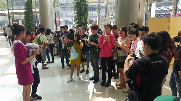 """Phạm Hương """"kẹt cứng"""" giữa vòng vây của người hâm mộ Thái Lan - Tin sao Viet - Tin tuc sao Viet - Scandal sao Viet - Tin tuc cua Sao - Tin cua Sao"""