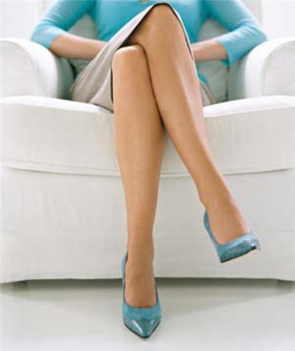 Bắt chéo chân quá lâu dễ dẫn đến tê liệt thần kinh. (Ảnh: Internet)