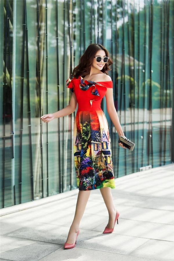 Hiệu ứng loang màu tiếp tục được ứng dụng trên váy áo Xuân - Hè 2016. Thanh Hằng như mang người đối diện đến với những vùng đất châu Âu lãng mạn với nhà gỗ, đồi thông đặc trưng.