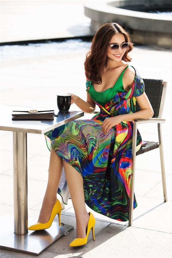 Những tông màu nổi bật hòa quyện, kết hợp cùng nhau tạo nên bức mùa hè sôi động. Phần áo đơn sắc bằng chất liệu lụa bóng bên trong vừa nổi bật nhưng lại vừa hòa hợp với tổng thể.