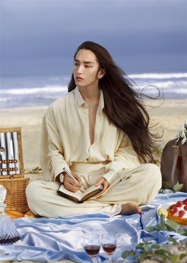 """Được biết, mĩ nam tóc dài đẹpnhư """"soái ca"""" ngôn tình nàycó tên là Tinh Dã, sinh năm 1993 tại Quý Dương, Quý Châu, Trung Quốc. (Nguồn Internet)"""