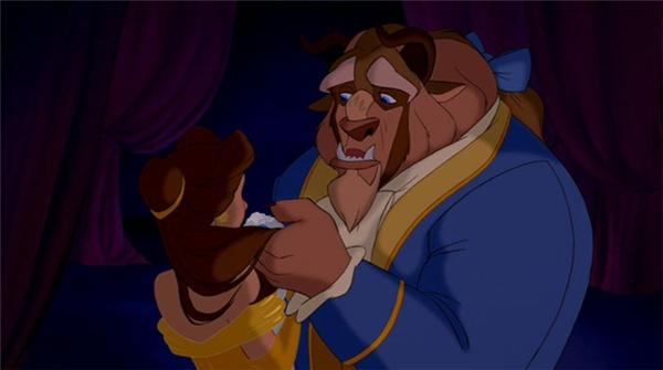 """Cảnh quay khi Hoàng tử quái vật (Beast) chấp nhận để Belle trở về bên cha cũng là một trong những khoảnh khắc lãng mạn đến đau lòng. Hình ảnh hoàng tử quái vật cô đơn, nhìn về Belle ở phía xa và nói """"Ta đã để nàng ra đi bởi vì ta yêu nàng ấy"""" đã khiến không ít khán giả phải nghẹn ngào."""