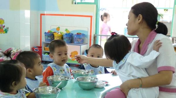 Một nách không chỉ hai con mà là cả một đàn con khiến cô giáo mầm non không kịp trở tay.