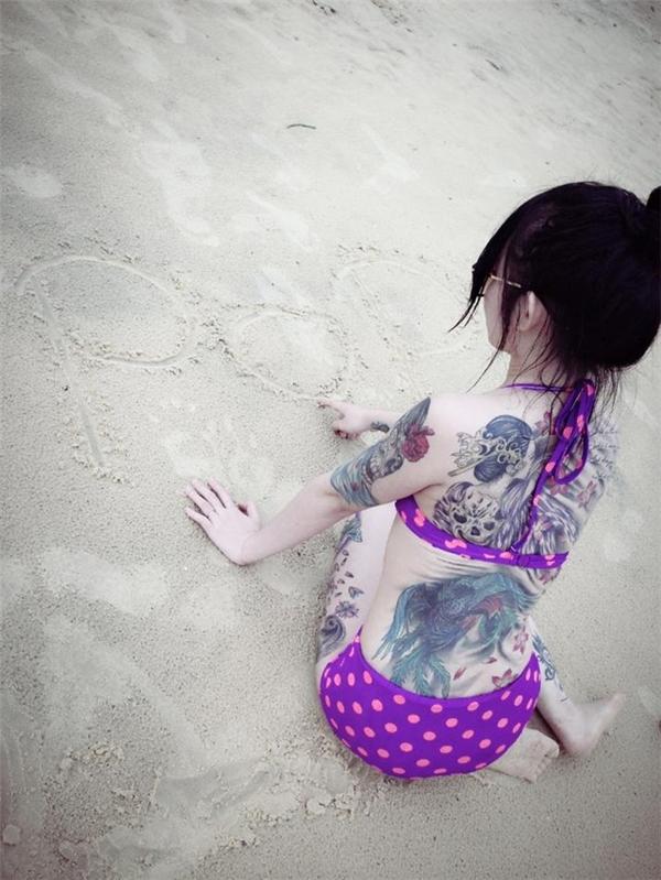 Bức ảnh chụp phía sau khoe trọn hình xăm khủng đã khiến Nguyệt Cầm bỗng trở nên nổi tiếng trên mạng xã hội.