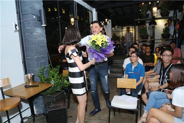 Tóc Tiên hoàn toàn bất ngờ khi thấy ba mình với bó hoa trên tay từ trong bước ra và ôm lấy con gái. - Tin sao Viet - Tin tuc sao Viet - Scandal sao Viet - Tin tuc cua Sao - Tin cua Sao