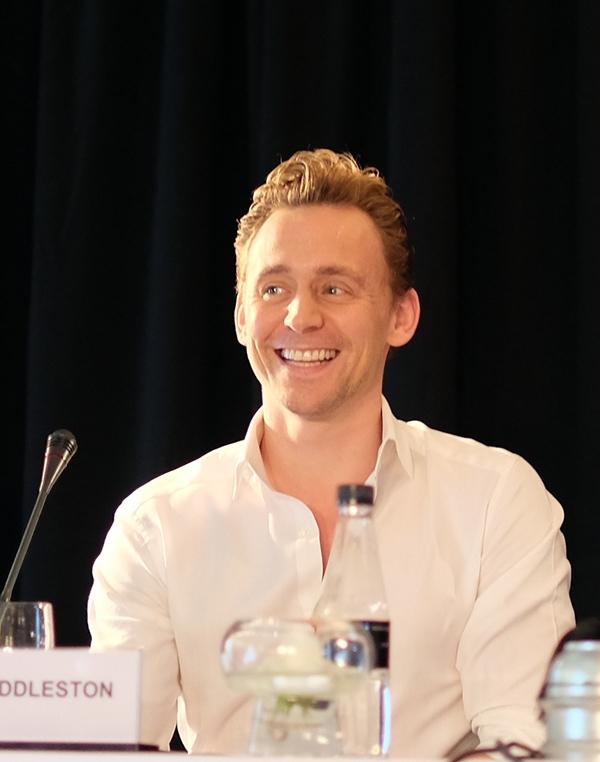 """Tom Hiddleston còn gửi lời chào, lời cảm ơn bằng tiếng Việt đến với mọi người: """"Tôi rất vui khi đến đây. Cảm ơn các bạn vì sự đón tiếp nồng nhiệt"""". Tuy nhiên nam tài tử chưa hé lộ bất kì điều gì về vai diễn này cũng như cốt truyện mới."""