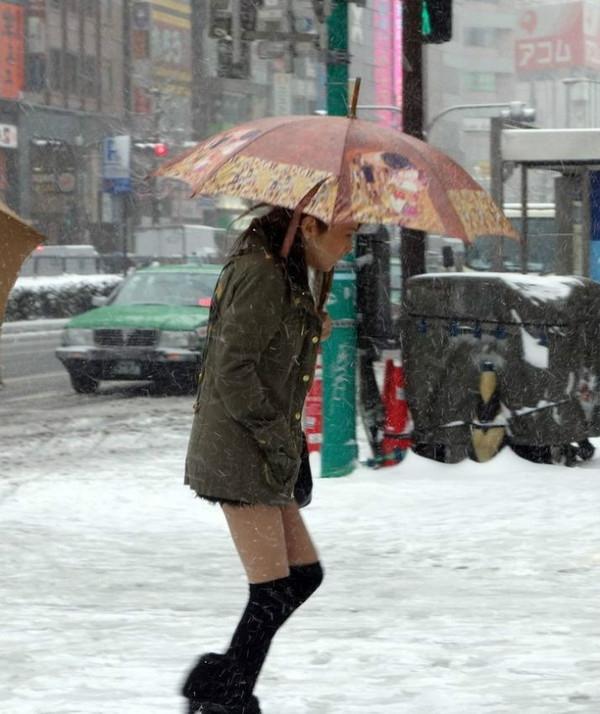 """Thời nay, rất nhiều cô gái ăn mặc theo phong cách """"thời trang phang thời tiết"""" như thế này (Ảnh minh họa - Nguồn:Internet)"""
