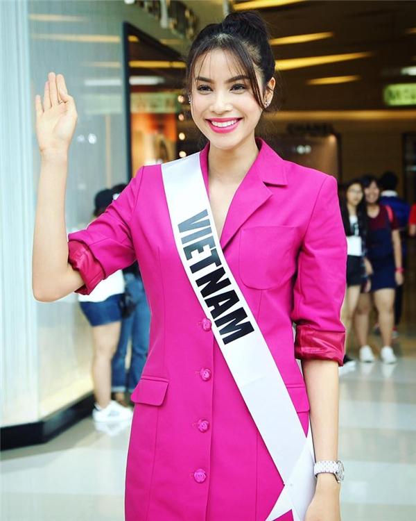 Hôm qua, trong buổi giao lưu, gặp gỡ với người hâm mộ Thái Lan, Phạm Hương lại mang đến vẻ ngoài ngọt ngào, trẻ trung với tông màu hồng tím cùng dáng váy rộng giấu đường cong.
