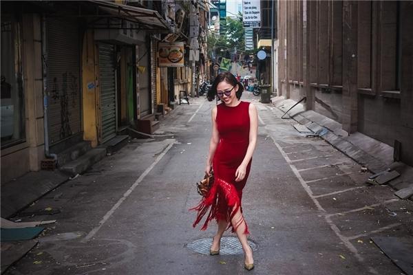 Bộ váy đỏ đơn giản ôm sát của giọng ca Ngày mai được tạo điểm nhấn bằng loạt chi tiết tua rua đính kết bất đối xứng. Chi tiết tua rua hứa hẹn sẽ trở thành một trào lưu thời trang mới trong năm 2016 này.