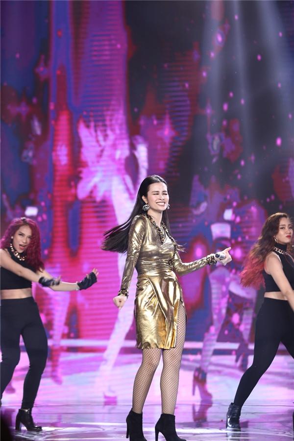 Nữ ca sĩ trẻ thể hiện vũ đạo cực nóng bỏng trên nền âm nhạc sôi động. - Tin sao Viet - Tin tuc sao Viet - Scandal sao Viet - Tin tuc cua Sao - Tin cua Sao
